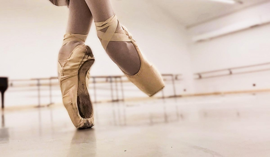 Scarpette da punta di danza  mai indossarle troppo presto. 3bab858b68bc